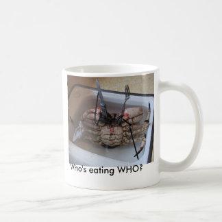 フォーク及びナイフを持つ生きているカニ! だれがWHOを食べていますか。 コーヒーマグカップ