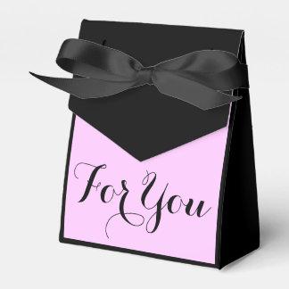 フォーマルな黒いピンクの花嫁の結婚式
