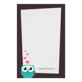 フクロウおよび愛ハートのノート紙(並ぶ) 便箋