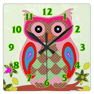 フクロウの水玉模様の多彩でかわいい動物のベビーの子供部屋 スクエア壁時計