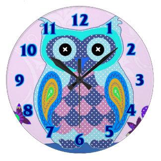 フクロウの水玉模様の多彩でかわいい動物のベビーは部屋をからかいます ラージ壁時計