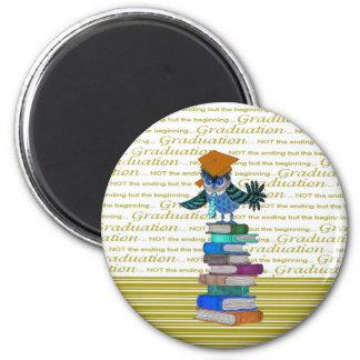 フクロウの身に着けているタイ、本の上の卒業生の帽子、卒業生 マグネット