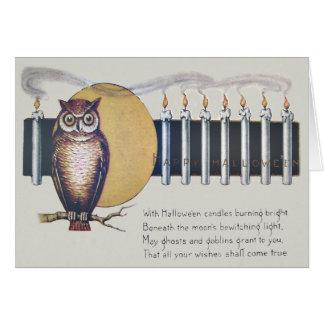 フクロウは満月のヴィンテージハロウィンの良否を明りにすかして調べます カード