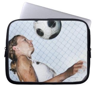 フットボールと練習している若い女性 ラップトップスリーブ