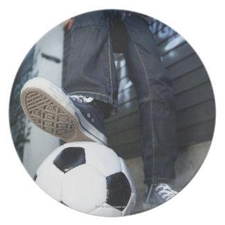 フットボールのブロンドの男の子の低い角度のポートレート プレート