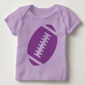 フットボールのベビーのラベンダー の前部紫色のフットボール ベビーTシャツ