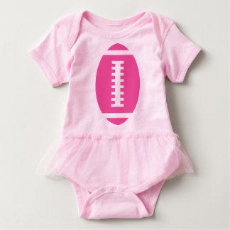 フットボールの明るいピンクのチュチュ|の前部ピンクのフットボール ベビーボディスーツ