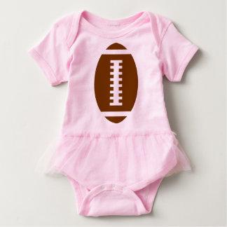 フットボールの明るいピンクのチュチュ|の前部フットボールのグラフィック ベビーボディスーツ