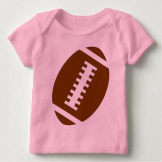 フットボールの明るいピンク|の前部フットボールのグラフィック ベビーTシャツ