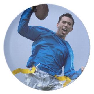 フットボールを投げているヒスパニックの人 プレート