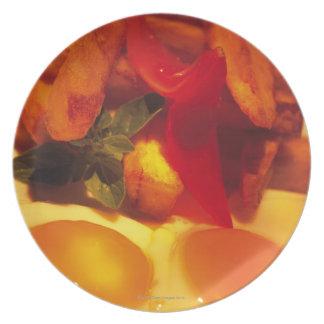 フライドポテトが付いている卵焼きのクローズアップ プレート