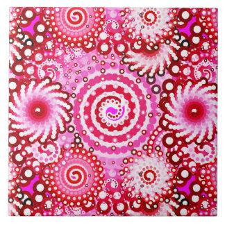 フラクタルの渦巻のパターン、ピンクおよびあずき色 タイル