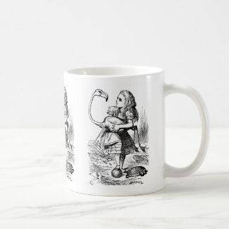 フラミンゴが付いているcroquetを遊ぶことを試みているアリス コーヒーマグカップ