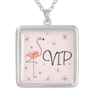 フラミンゴピンクの「VIP」正方形媒体 シルバープレートネックレス