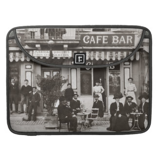フランスのなカフェのバーの通り場面 MacBook PROスリーブ