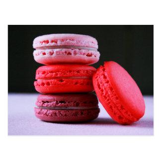 フランス人のMacaronのクッキーのピンクそしてマゼンタの積み重ね ポストカード