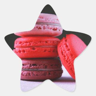 フランス人のMacaronのクッキーのピンクそしてマゼンタの積み重ね 星シール
