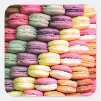 フランス人のMacaronの積み重ねられたクッキーの虹のストライプ スクエアシール