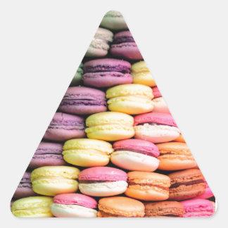 フランス人のMacaronの積み重ねられたクッキーの虹のストライプ 三角形シール