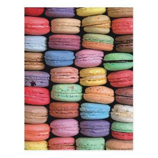 フランス人のMacaronの積み重ねられたクッキーの虹 ポストカード