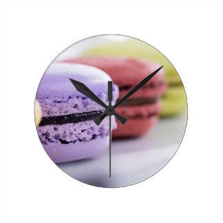 フランス人のMacaronの紫色およびあずき色のクッキー ラウンド壁時計