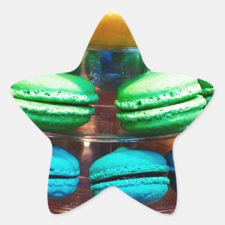 フランス人のMacaronの鮮やかな積み重ねられたクッキー 星シール