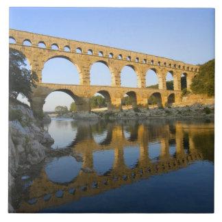 フランス、アビニョン。 Pont DUガードのローマの水路 タイル