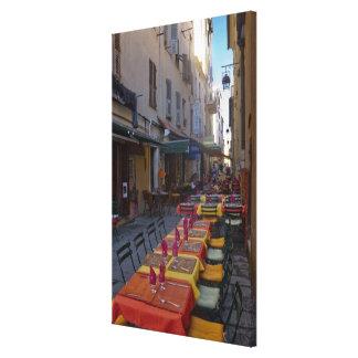 フランス、コルシカ。 狭いところでセットアップされるカフェのテーブル キャンバスプリント