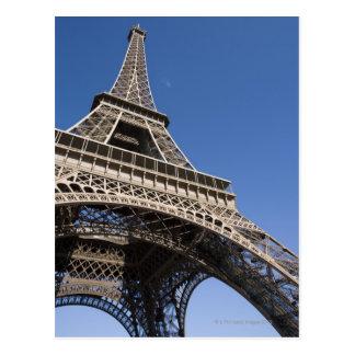 フランス、パリのエッフェル塔、低い角度眺め ポストカード