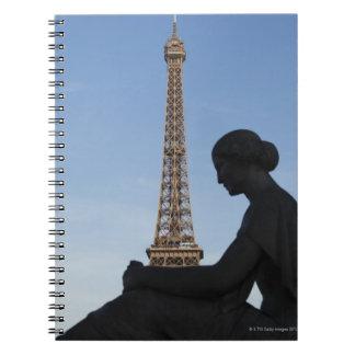 フランス、パリの女性の彫像の前の ノートブック