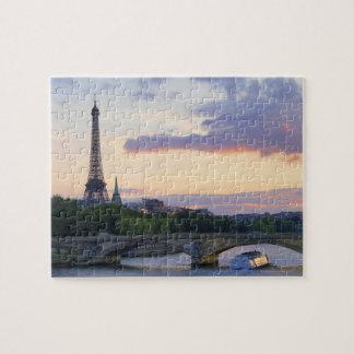 フランス、パリの川セーヌ河、エッフェルの旅行のボート ジグソーパズル