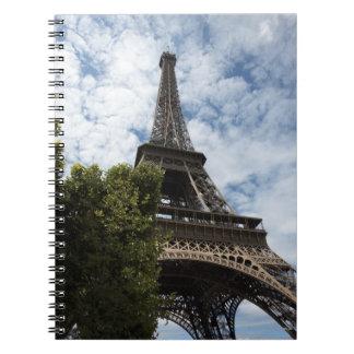 フランス、パリ、エッフェル塔および木の低い角度 ノートブック
