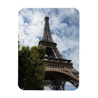 フランス、パリ、エッフェル塔および木の低い角度 マグネット