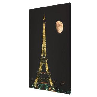 フランス、パリ。 夜のエッフェル塔との キャンバスプリント