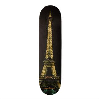 フランス、パリ。 夜のエッフェル塔との スケートボード