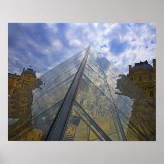 フランス、パリ。 雲はルーバーから反射します ポスター