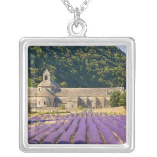 フランス、Gordes。 Cistercian修道院の シルバープレートネックレス