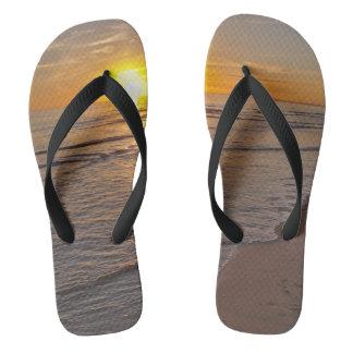 フリップフロップ: ビーチによる日没 ビーチサンダル