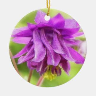 フリルが付いた紫色のAquilegia (オダマキ(植物)) セラミックオーナメント
