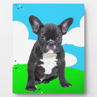 フレンチ・ブルドッグの子犬のハッピーバースデーは庭を曇らせます フォトプラーク