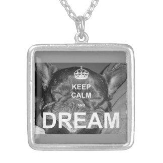フレンチ・ブルドッグは穏やかな夢のネックレスを保ちます シルバープレートネックレス