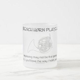 フレンチ・ホルンのユーモア フロストグラスマグカップ