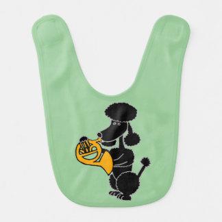 フレンチ・ホルンを遊んでいるおもしろいで黒いプードル ベビービブ