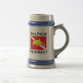 フレンドリーなイルカは印を付けます ビールジョッキ