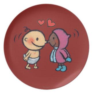 フレンドリーなエスキモーの鼻は子供に接吻します プレート