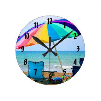 フロリダのカラフルなビーチパラソルそして椅子 ラウンド壁時計