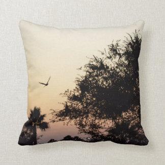 フロリダの日没に対する木そして飛ぶ鳥 クッション