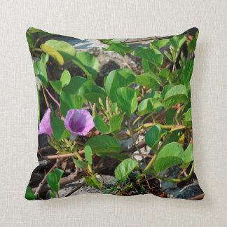 フロリダの石の紫色の花のつる植物 クッション