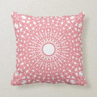 フーセンガムのピンクのかぎ針編みのレースの枕 クッション