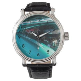 フードの下 腕時計